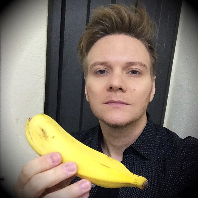 "Michel Teló of ""Ai Se Eu Te Pego"" fame, posing with a banana."
